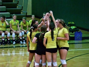 Volleyball team begins league play 2-1 after thrilling win against Lake Oswego