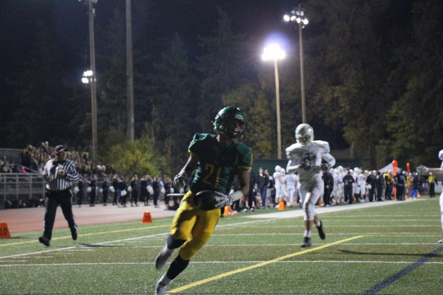 West Linn scores against Lakeridge with a pass ran 85 yards to get a touchdown. Giving the Lions an advantage of 21 against Lakeridge.
