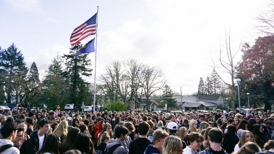 Students+marchers+filled+the+West+Linn+courtyard+on+March+14+2018.