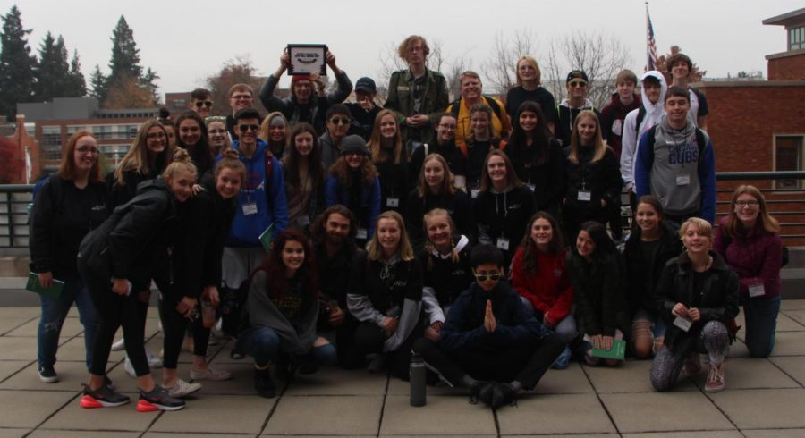 wlhsNOW+staff+gathers+for+a+group+photo+at+Fall+Media+Day+in+Eugene+at+the+University+of+Oregon.